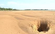 """Chuyện lạ ở ĐBSCL: Lũ rút, đồng ruộng biến thành """"sa mạc cát"""""""