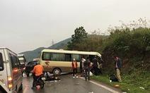 Tài xế xe tải mắc kẹt trên cabin sau cú đấu đầu xe khách