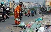 Rác, rác và rác tràn lan đường phố Sài Gòn