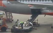 Sa thải 2 nhân viên quăng ném hàng hóa ở sân bay