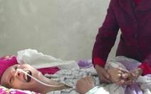 Con trai tỉnh giấc trong vòng tay mẹ già sau 12 năm hôn mê