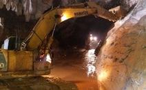 Còn cách 15m, vẫn khó tiếp cận 2 công nhân kẹt trong hang Cột Cờ