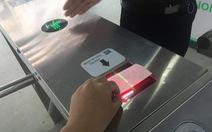 Hành khách tuyến buýt nhanh BRT chưa quen sử dụng vé điện tử