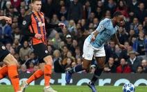 Sterling xin lỗi cho 'Quả Penalty kỳ dị'