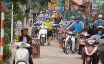 Tổ chức giao thông chưa hợp lý, cả trăm người dắt xe máy ngược chiều
