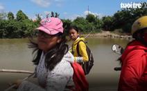 Học sinh kéo bè phao vượt sông Cái đến trường