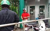 Trét ớt vào mắt người rút tiền tại ATM cướp tài sản