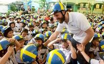 Học trò Sài Gòn đội mũ bảo hiểm, nhảy flashmob với khách Thụy Điển