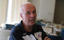HLV Eriksson liên tục dời buổi phỏng vấn vì bận... đi bộ giữ sức khỏe