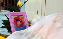 Bé gái sơ sinh nằm chết trong túi xách treo trước cổng chùa