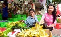 Người Sài Gòn tất bật mua sắm trang hoàng dịp Noel