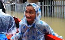 Quảng Nam sơ tán 1.800 hộ dân trong lũ, 2 người bị cuốn trôi