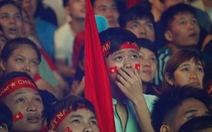 Khán giả phố đi bộ Nguyễn Huệ coi đá banh xong lặng lẽ lấy xe về