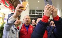 Tuyển Việt Nam về đến Hà Nội đêm khuya, người hâm mộ chờ đón