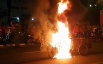 Xe ba gác 'đi bão' bốc cháy ngùn ngụt trên đường phố Biên Hòa