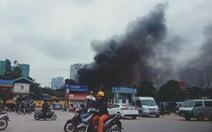 Cháy gara ôtô gần sân Mỹ Đình, nhiều xe hơi bị thiêu rụi