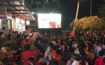 Dân chung cư ở TP.HCM rời căn hộ riêng xem bóng đá chung