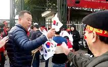 Video: Người Hàn Quốc đến sân Mỹ Đình phát cờ miễn phí cho các cổ động viên
