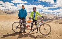 Người mù đạp xe trên dãy Himalaya