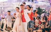 Cặp đôi 9X chụp ảnh cưới trong đêm ăn mừng ngôi vô địch AFF Cup