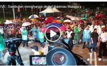 CĐV Malaysia đội mưa đón đội nhà trở về