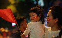 Cổ động viên Việt Nam tưng bừng mừng chiến thắng trước Philippines