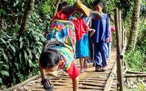 Cậu bé khuyết tật 'trồng chuối' đi học gây sốt ở Indonesia