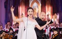 Phạm Thu Hà hát trong Nhà thờ lớn Hà Nội của Ca hòa nhạc Giáng sinh