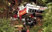 Xe buýt lao xuống vực sâu 700m ở Nepal, 21 người chết
