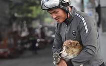 Anh công nhân cứu chú chó bị xích vùng vẫy tuyệt vọng trong đám cháy