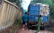 Hàng dài xe tải chở chất thải đổ trộm xuống hầm đá