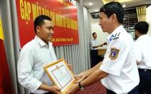 Phóng viên Tuổi Trẻ nhận giấy khen của cảnh sát biển Việt Nam