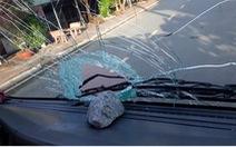 6 thanh, thiếu niên bị tạm giữ vì ném đá xe tải chiếu đèn pha