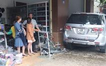 Ô tô lao vào nhà tông chết một phụ nữ đang ngồi may quần áo