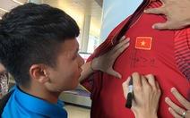 Hà Nội: áo của tuyển Việt Nam 500.000 đồng bán hết sạch