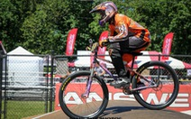 Bà cụ 70 tuổi vẫn đua xe đạp BMX