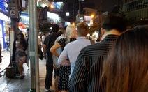 Học người Bangkok xếp hàng chờ xe ôm