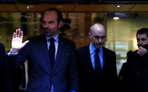Pháp tạm ngưng tăng thuế nhiên liệu để xoa dịu 'áo vàng'
