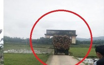 Bi hài cảnh xe tải 'cõng' cổng làng chạy trên đường