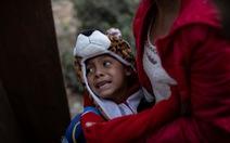 Hơn 3.000 người di cư liều mình trèo tường vào Mỹ?