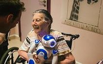 Để robot chăm mẹ già, có nên không?