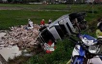 Dân Phú Yên hè nhau gom 'bò húc' giúp tài xế xe tải bị lật