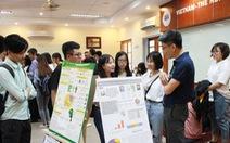 Sinh viên đại học Kinh tế TP.HCM thi hết môn bằng triển lãm báo cáo