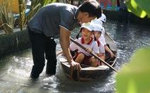 Học sinh Sài Gòn cười tít mắt khi đi xuồng trong... trường học