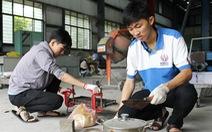 Hai sinh viên biến nilông tái chế thành gạch lát nền