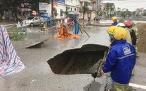 Vá 'hố tử thần' trên đường phố Vinh sau mưa lớn