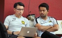 HLV Malaysia nghiên cứu băng hình VN trước buổi tập chiều 8-12