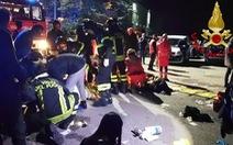 Lan can cầu dẫn sập, 5 thiếu niên bị đám đông đạp chết