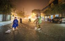 Nước mưa ngập sâu, dân Tam Kỳ di dời ngay trong đêm