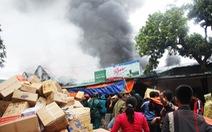 Cháy lớn kho hàng ở gần chợ Vinh, tiểu thương lao vào cứu hàng